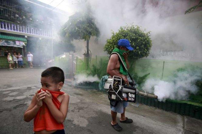 Nhân viên phun thuốc diệt muỗi ở thành phố Paranaque, Philippines ngày 26-9 - Ảnh: Reuters