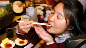 nguoi dan nhat ban an sushi. anh: ap.