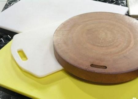 Thớt nhựa hay thớt gỗ tốt cho sức khỏe hơn