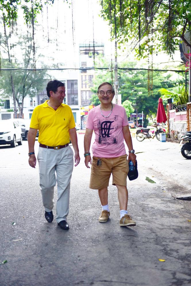 PGS Hoai Nam va NSND The Anh (ben phai) tro chuyen tren duong di bo - Anh: Huu Thuan
