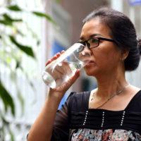 Có phải khi đứng không nên uống nước?